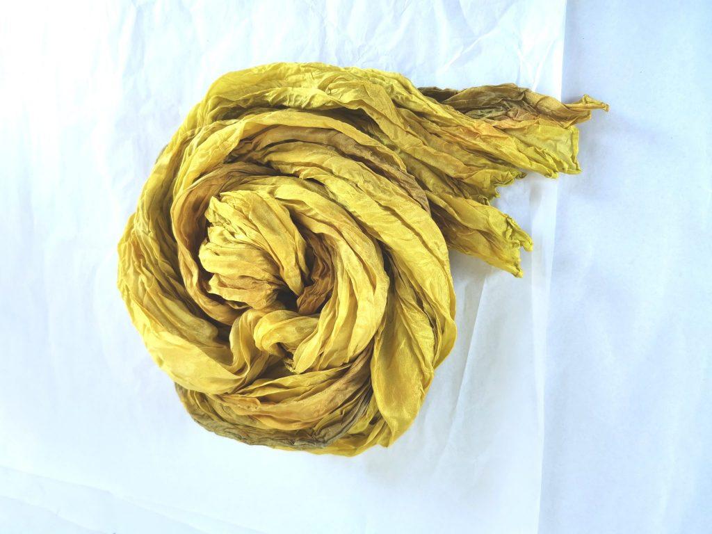 Käsinmaalattu silkkihuivi -hoito-ohjeet silkkihuivin pesuun.